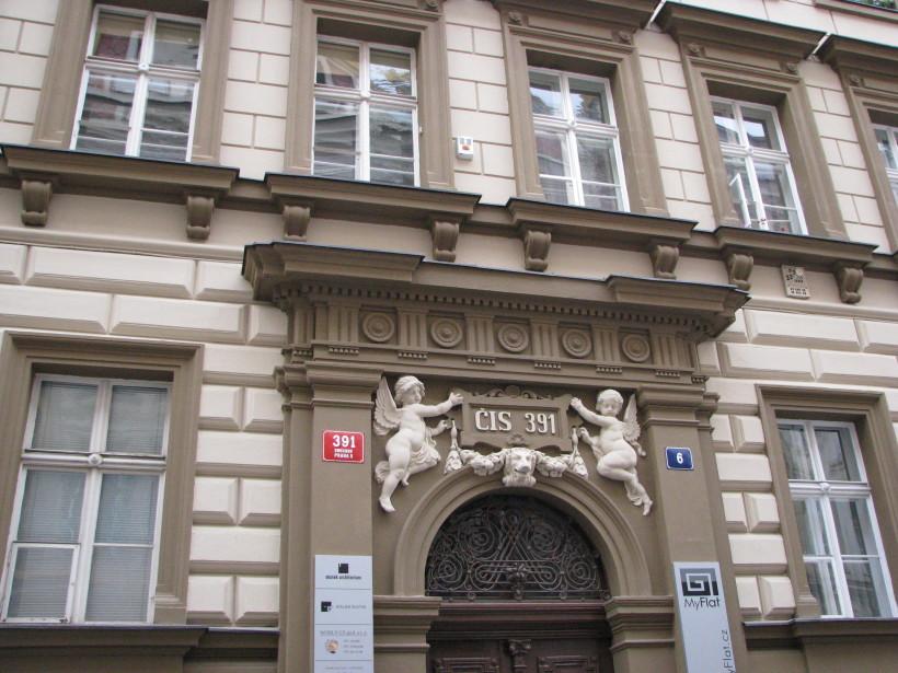 4. Oprava fasáda a ozdobných architektonických prvků v Praze ulici Kroftova. Detail vstupu do domu_Starwork