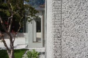 Detail rohu teracové omítky z jednoho kusu