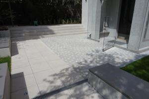 Pražská mozaika z tmavé žuly a bílého mramoru